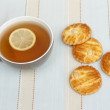 Cup of tea with slice of lemon and Dutch almond cookies — Stock Photo