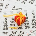 caixa com um presente na folha do calendário - dia dos namorados — Foto Stock #5393002