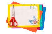 Carta a colori con forbici isolate su bianco — Foto Stock