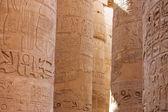 Las columnas en el templo de karnak, luxor — Foto de Stock