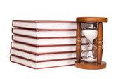 песочные часы и книги, изолированные на белом фоне — Стоковое фото