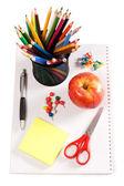 Lápices y manzana - escuela de concepto — Foto de Stock