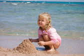 The little girl on seacoast — Stock Photo