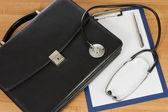 черный портфель и фонендоскоп — Стоковое фото