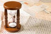 Timglas på gamla brev — Stockfoto
