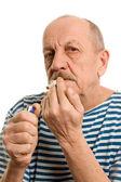 抽烟的人在被剥离的背心 — 图库照片
