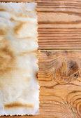 Oud papier op een houten oppervlak — Stockfoto