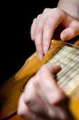 La mujer desempeña una guitarra acústica — Foto de Stock