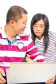 Młoda para chińskich siedząca z laptopem — Zdjęcie stockowe