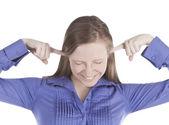Retrato de jovem com os dedos nos ouvidos — Fotografia Stock