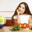 Beautiful caucasian woman preparing salad in the kitchen. — Foto de Stock