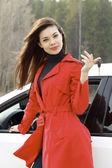 Bellissima giovane donna felice con le chiavi della macchina. — Foto Stock
