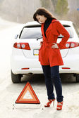 Mulher e seu carro danificado — Foto Stock