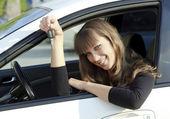 Hübsch lächelnd mädchen auto-taste gedrückt halten — Stockfoto