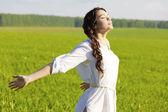 Joven feliz en campo verde — Foto de Stock
