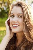 Outdoor ritratto di giovane donna parlare sul telefono cellulare — Foto Stock