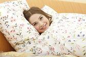 Vacker kvinna i sängen — Stockfoto