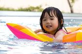 在泳池中的小女孩 — 图库照片