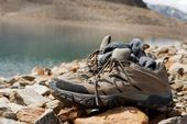 Boty na břehu jezera — Stock fotografie