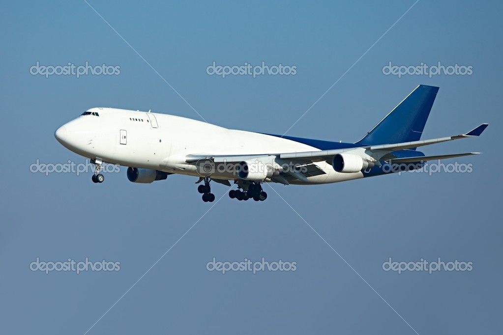 Huge cargo airplane landing — Stock Photo #5678765