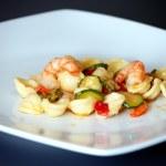 makaron z krewetkami i cukinią — Zdjęcie stockowe