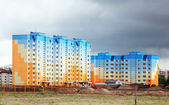 Construction of houses on the background of a stormy sky — Stock Photo