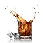 úvodní kola ve sklenici s kostkami ledu, izolované na bílém — Stock fotografie