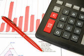 電卓、ペン、およびビジネスのグラフ. — ストック写真