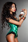 Elegante mulata con pastel — Foto de Stock