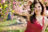 Kadın pembe çiçekli bahçe — Stok fotoğraf