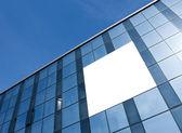 透明玻璃墙的摩天大楼的空白帖 — 图库照片