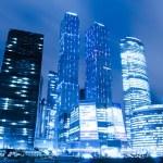 vue en perspective aux gratte-ciel gratte-ciel de verre de Moscou ville b — Photo