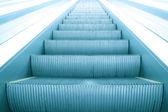 Modernes marches d'escalier mécanique en mouvement affaires — Photo