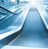 Escalera mecánica en el aeropuerto — Foto de Stock