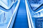 Modré pohyblivý eskalátor — Stock fotografie