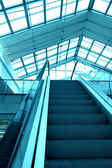 Blaue rolltreppe im businesscenter — Stockfoto