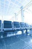 Samtida blue lounge med sittplatser på flygplatsen — Stockfoto