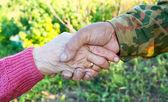 Aperto de mãos entre idosos — Foto Stock