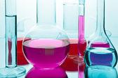 Laboratorieartiklar av glas med färgglada kemikalier — Stockfoto