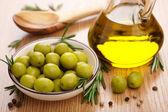 óleo e azeitonas verdes — Foto Stock