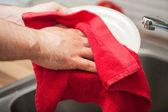 男、料理を乾燥させる — ストック写真
