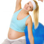 unga gravid kvinna att göra övningen — Stockfoto