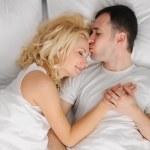 年轻夫妇睡在一张床 — 图库照片