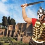 Legionário Romano soldado em frente a antiga cidade de Roma — Foto Stock