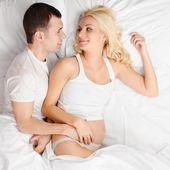 Adorabile coppia aspetta un bambino — Foto Stock