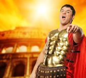 Legionary soldier in front of coliseum — Stock Photo