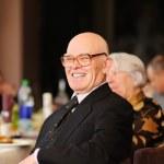 szczęśliwy człowiek starszy ciesząc się stroną — Zdjęcie stockowe