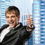 笑顔と彼の親指を出て幸せなビジネスマン — ストック写真