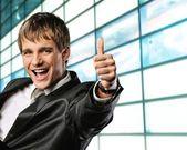 Empresario feliz mostrando su dedo pulgar para arriba con sonrisa — Foto de Stock
