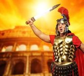Roman legionary soldier in front of coliseum — Stock Photo